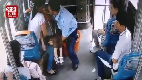 男童乘车突然昏厥母亲尖叫求助 公交司机果断将车开进医院!