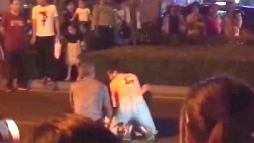 点赞!女子被轿车撞倒当场昏迷 散步医生跪地救人