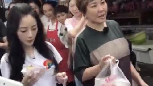 李小璐与李静现身街头疑录节目 手拿包子一路啃不停