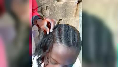 非洲黑人脏辫原来是用绳子缝到头发上的,看着就疼