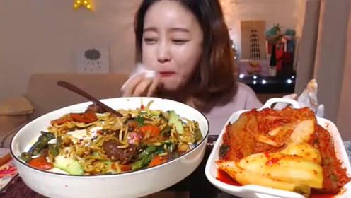 大胃王美女自制炒乌冬,配料多又有颜值,几口吃完一大碗!