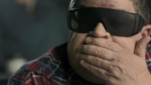 男子看3D影院,发现屏幕钻出恐怖生物,观众却以为是电影效果!