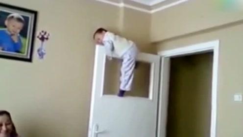 熊孩子说要爬到门顶上玩,接下来的举动,让全家都看傻眼了!