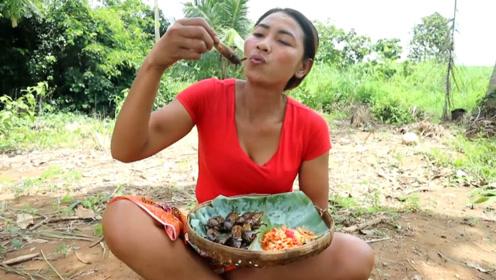 农村大姐捉来许多虫子直接烹饪,抓一把放嘴里,热乎乎的真过瘾!