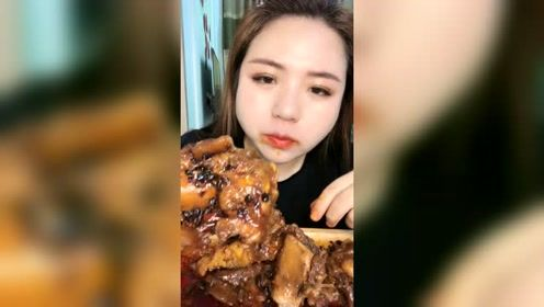 东北大姐吃窝骨筋,这大口啃的也太香了吧,看着超有食欲!