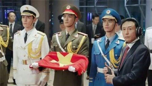 《我和我的祖国》再现香港回归之夜,杜江朱一龙升起中国国旗