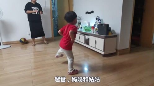 姑姑教了宝宝几个舞蹈动作,宝宝努力练习,舞蹈功底不错啊!