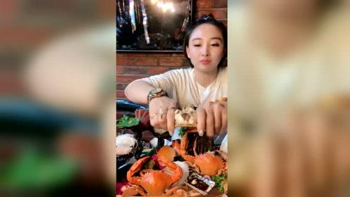 东北大姐吃自助去了,感觉商家要亏钱!大姐吃螃蟹有点不拘小节