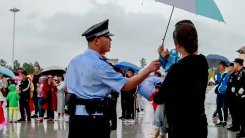 孩子给雨中民警撑伞