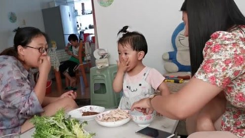 姑姑家的饭就是香,宝宝吃完还要舔舔手指头,真给姑姑面子!