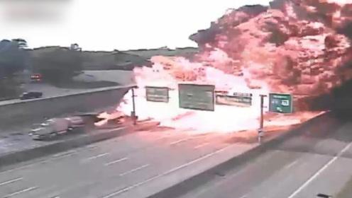 浓烟直冲天际!美国油罐车遇车祸着火 烈焰迅速吞噬高速公路