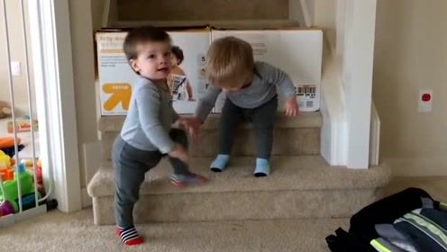 双胞胎兄弟好调皮,妈妈:又气又笑!