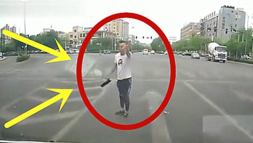 路怒症果真可怕,闯红灯还这么嚣张,真以为没人教训他!