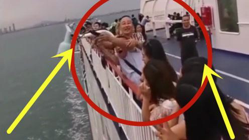 男子大游轮上拍照,不料后面大哥看不下去了,一个动作瞬间悲剧!