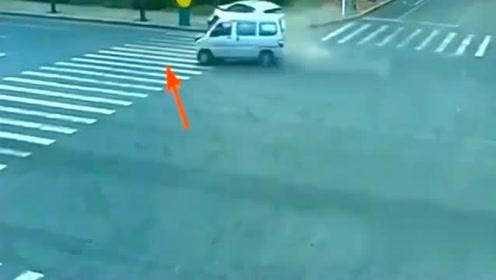 车祸现场凭空出现一对母女,看监控之后吓出一身冷汗