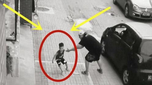懵懂男童在玩乒乓球,人贩子强行抱走,还好断臂哥及时出现!