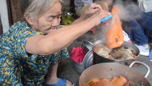 82岁老太家门口卖小吃30年,1碗10块,出摊半小时就抢光!