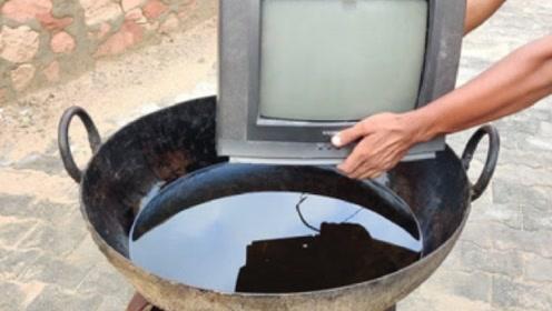 """印度小伙大胆尝试""""油炸电视机"""",放入油锅后,网友:土豪"""