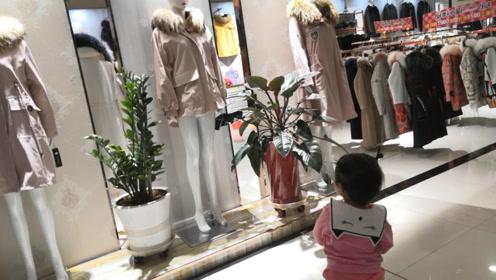 宝宝发现漂亮的衣服,妈妈问谁穿着好看?宝宝回答的真不错!