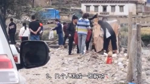 在去西藏的路上,想上厕所怎么办,老司机告诉你是怎么解决的