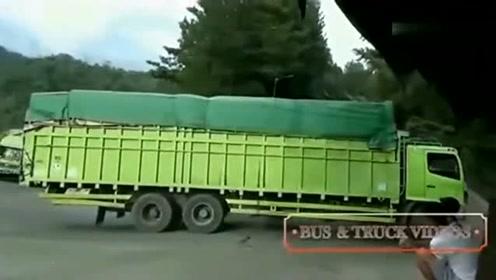 大货车无法通过这个弯道,男孩想出了个生财之道