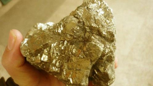 散发金光的奇特石头,竟是能给人好运的金娃娃?专家:黄铁而已!