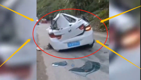 惊魂瞬间!小车行驶中遭滚落巨石砸中,车顶直接被砸穿!