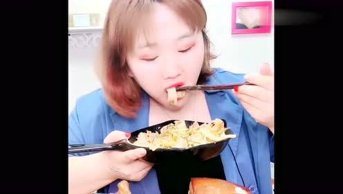 吃播吃东西就是豪放!直接连锅端,我看着没啥食欲呢?
