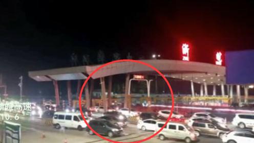 国庆返程流量加大 安徽开往上海方向收费站排队缓行长达4公里