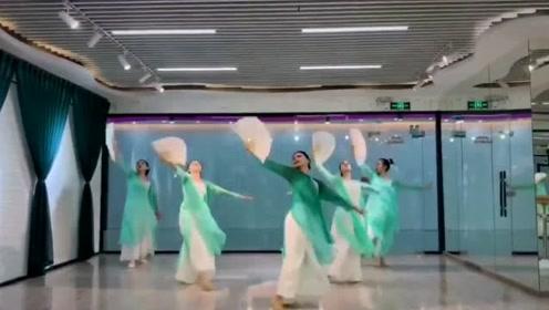 舞蹈室内跳一曲《缘分一道桥》,扇舞的搭配堪称完美