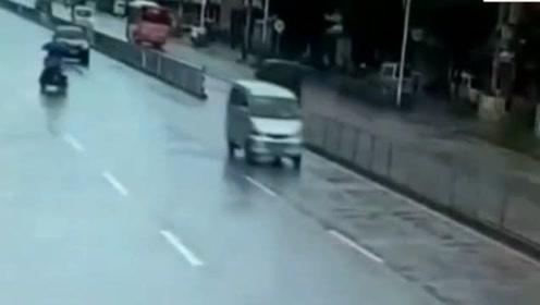 电动车女司机带着孩子闯红灯,看到孩子后,心都碎了