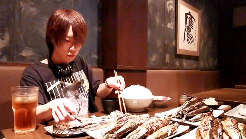 大胃王搭配米饭,独享美味的秋刀鱼,网友:充满寂寞