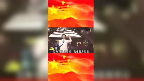 30年前星爷演唱了这首爱国歌曲,第一遍想笑,第二遍却想哭!