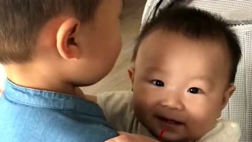 弟弟好想要哥哥抱抱,哥哥实在是驾驭不了这体重,想想还是放弃了!