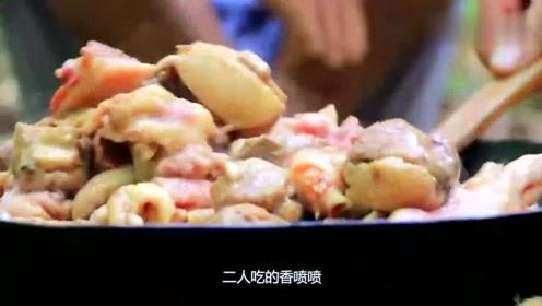 荒野生存两小伙深山炖大鸭吃,吃的津津有味,场面开眼界了