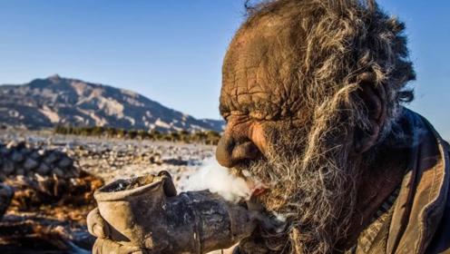 伊朗83岁老人六十多年没洗澡,拿动物粪便当烟抽,令人无法理解