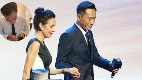 刘烨参加中法文化论坛帅气发言 台下还自己缝裤腿太全能
