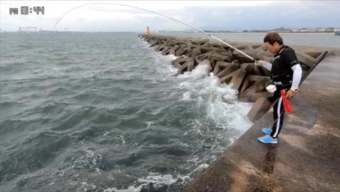 防波堤钓鱼,大风大浪中,钓鱼人收获3条40cm大黑鲷