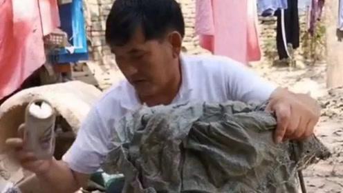 """被""""吸血""""9年的大衣哥捐款140万后,抛弃商演回家中掰玉米"""