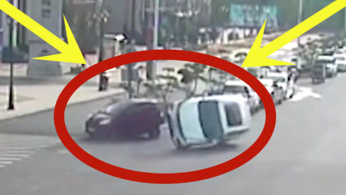 """轿车街头侧翻,热心群众仅用""""20秒""""将其救起,太赞了!"""