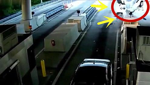 收费站惊现空中飞车,男子瞬间被甩上半空,应该是凉了!