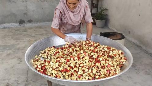 60岁印度老奶奶手工做苹果小吃,人人都免费,一群孩子排队抢着吃