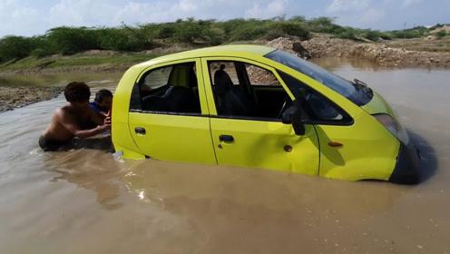 印度小伙将车开到河里游泳,这脑洞也太大了!