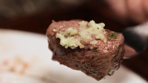 小伙独特方式煎牛排,看着就有食欲,网友:能吃两盘