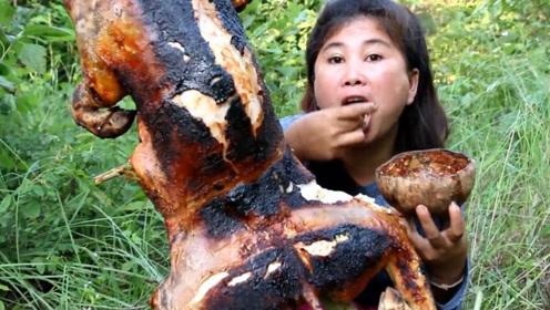 大姐野外现烤40斤乳猪,一人吃一整头,吃法太土豪了!