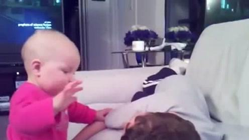 小宝宝叫哥哥起床,直接对着哥哥脸一顿拍打,哥哥的举动太暖心了