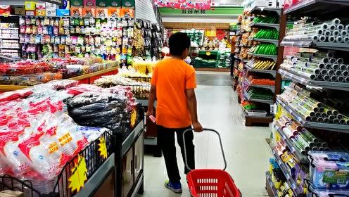 国庆假期出去浪,给小轩100元逛农村的超市,猜猜他会买什么