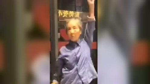 7旬奶奶街头跳舞,动作不输女团 网友:什么时候出道,我去pick!