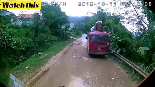 小男孩骑自行车撞上行驶中的大巴车 与死神擦肩而过死里逃生
