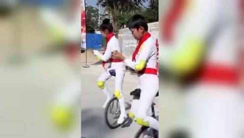 小学生课间操骑独轮车 边骑边剪纸